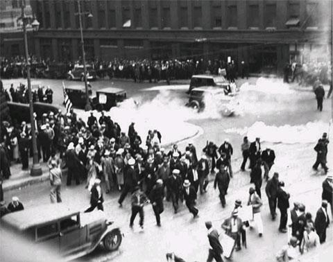 1934: La police de Minneapolis use de gaz lacrymogène contre les grévistes des transports