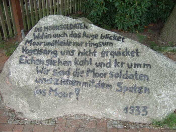 Pierre commémorative sur le site du camp de Börgermoor, portant la première strophe du