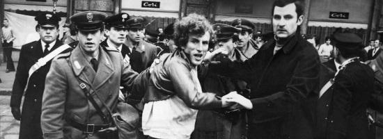 Calabresi (à droite) arrêtant un manifestant à Milan en 1968