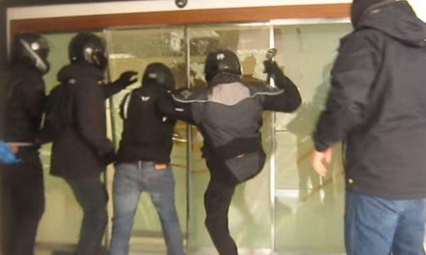 Rouvikonas forçant l'entrée des studios de l'ERT (archive)