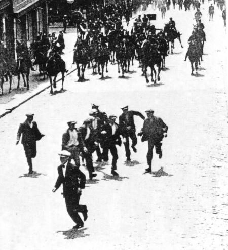 La gendarmerie charge des grévistes à Charleroi