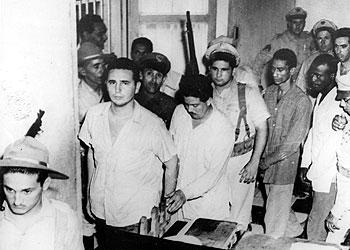 Quelques révolutionnaires capturés après l'attaque, (Castro est le premier de la file)