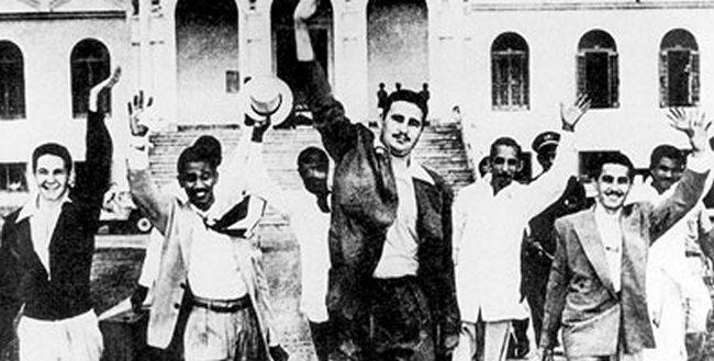 Les prisonniers de la Moncada à leur libération en 1955 (Castro est au centre)