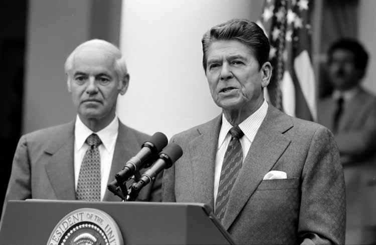 Reagan, flanqué du ministre des transports, annonce le 5 août le licenciement des grévistes