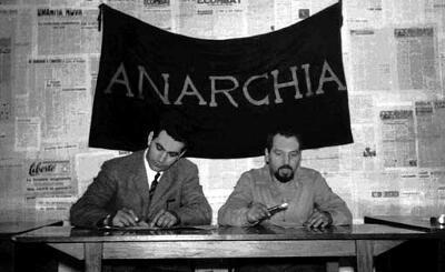 Giuseppe Pinelli (à droite) au cercle anarchiste Ponte della Ghisolfa (Milan, 1968)