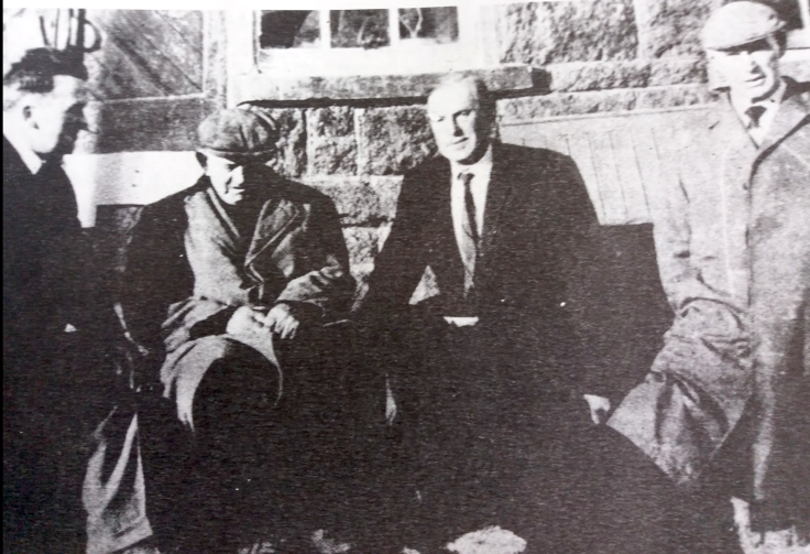 A la gare de Meenbanad en 1968, trois des anciens participants de l'embuscade (de droite à gauche) Dim Bonner, Fergus Ward and Neil Boyle