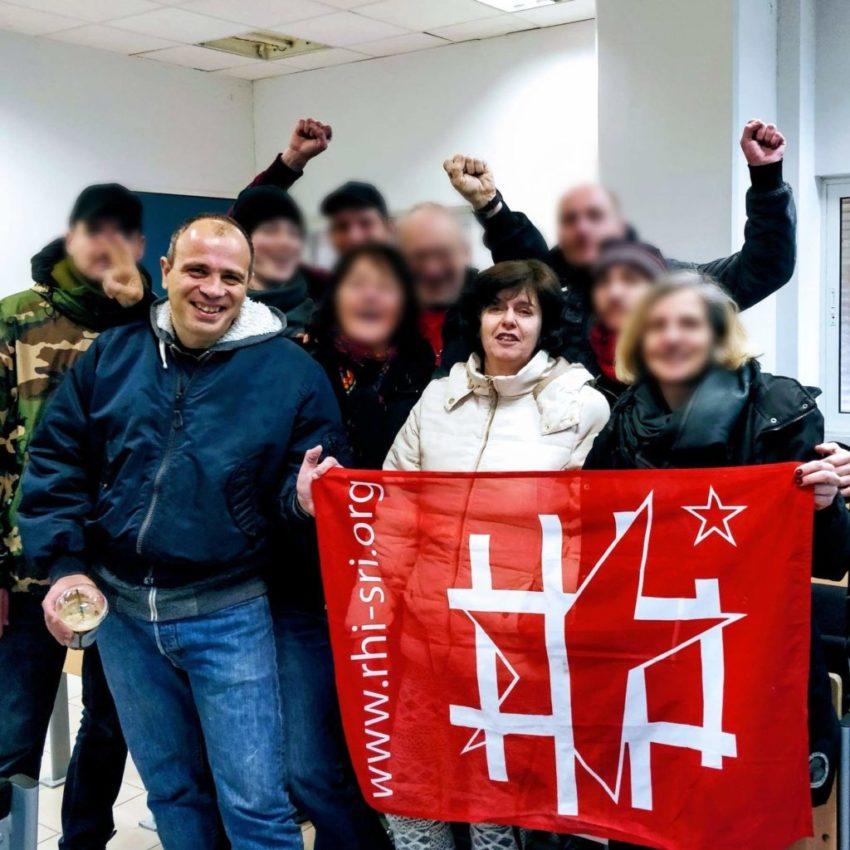La délégation du SRI dansq la salle du tribunal avec Pola Roupa et Nikos Maziotis