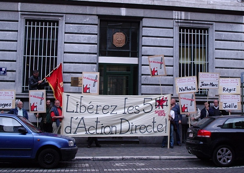 Devant le consulat de France à Liège le 28 mai 2004