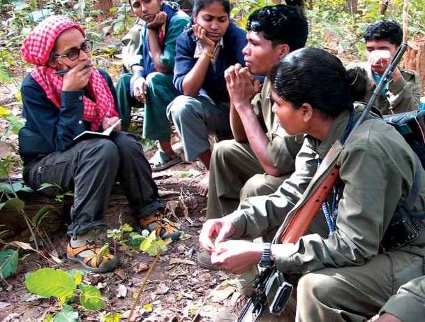 Roy écoute l'histoire des maoïstes