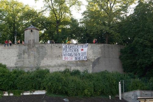 Accrochage d'une banderole solidaire à Zürich