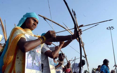 Adivasis armés d'arcs