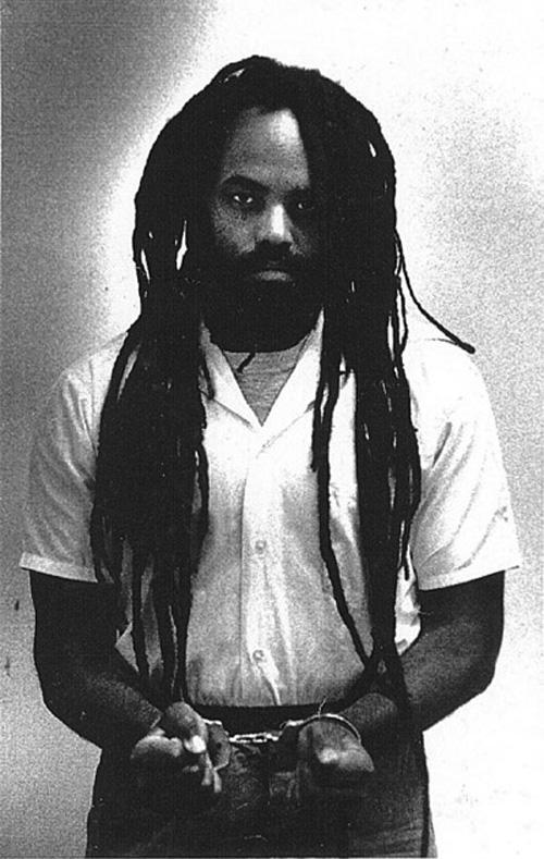 Mumia menotté en prison