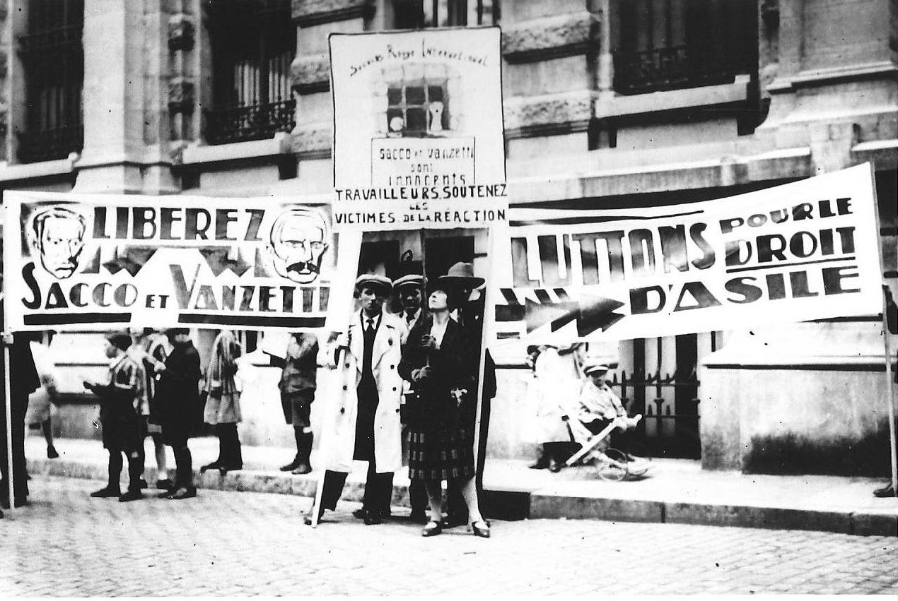 Les banderoles du Secours Rouge pour la manifestation du 30 mai 1927 à Bruxelles