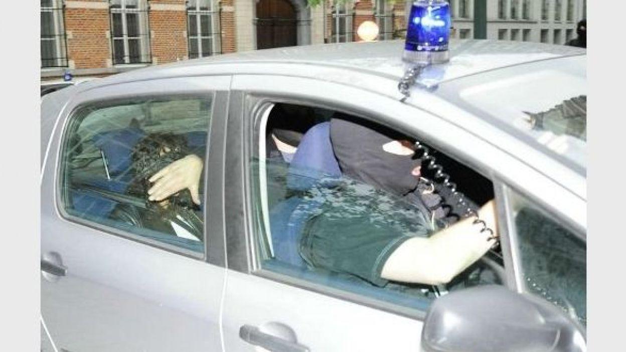 Wahoub mains attachées et yeux bandés le 5 juin, un policier tend sa main pour qu'on ne puisse la reconnaître