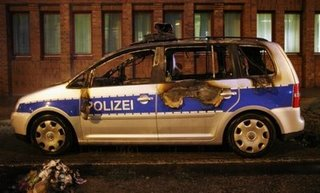 Voiture incendiée en marge de la manif à Hamburg