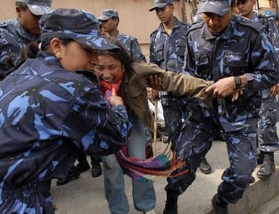 Heurts avec la police au Népal