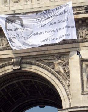 Banderolle pour Jon Anza sur l'Arc de Triomphe