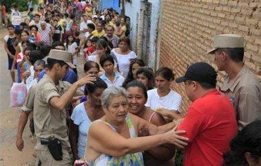 Distribution de vivres après un enlèvement de l'EPP au Paraguay