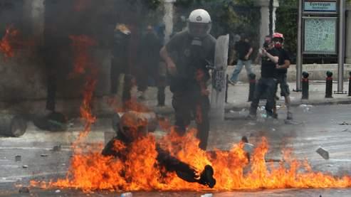 Policier anti-émeute grec touché par un cocktail molotov
