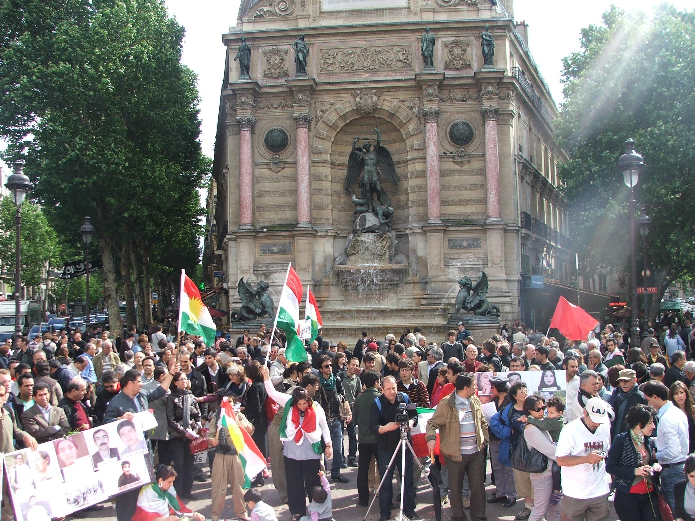 Rassemblement à Paris pour les prisonniers politiques en Iran