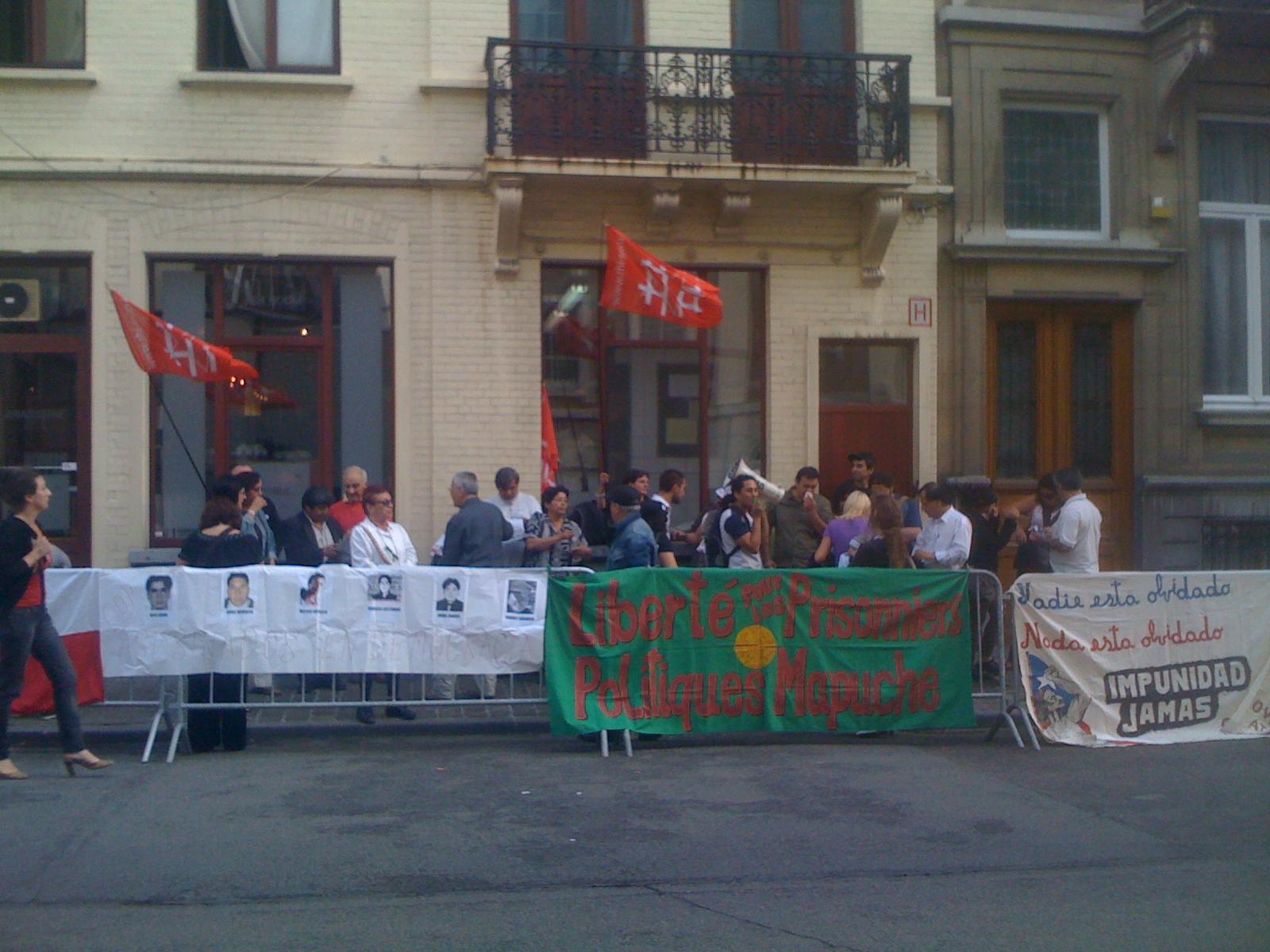 Manifestation mapuche devant l'ambassade du Chili