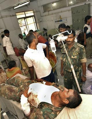 Paramilitaires blessés par la guérilla maoïste en Inde