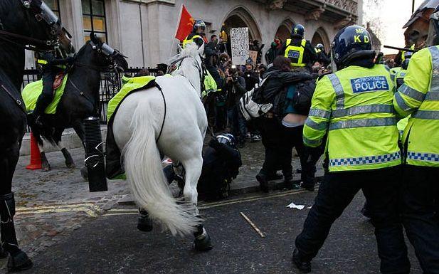 La police montée charge la manifestation estudiantine à Londres
