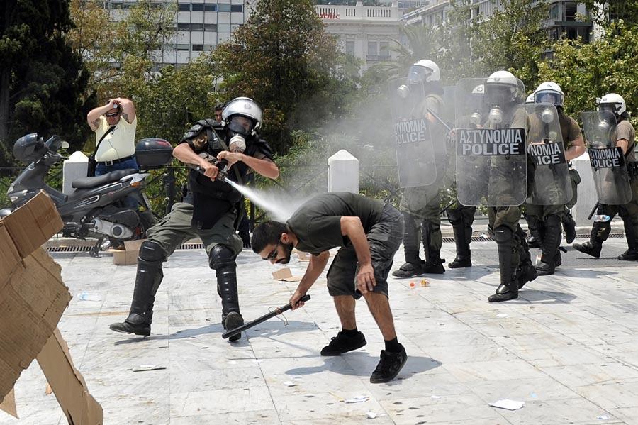 Affrontements entre manifestants et policiers à Athènes