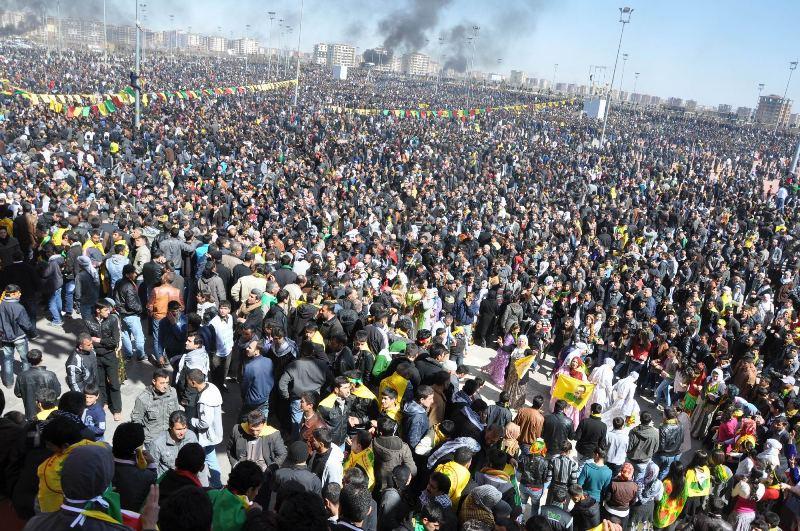 La foule des manifestants kurdes à Dyarbakir