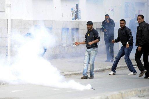 Gaz lacrymogène à Tunis