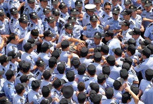Arrestation d'un manifestant à Qidong