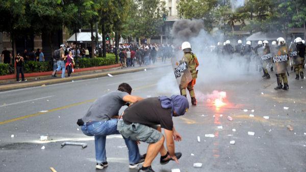 Les émeutiers brisent l'interdiction de manifester à Athènes