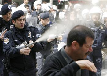 Spray au poivre contre des manifestants à Ankara