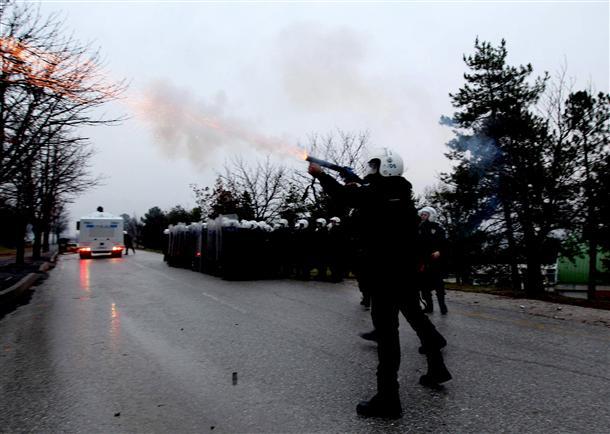 Répression d'une manifestation d'étudiants à Ankara