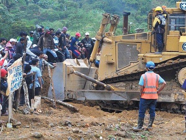 Bulldozer contre villageois aux Philippines