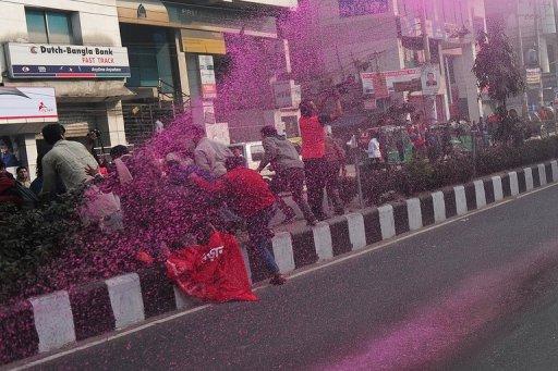 Canon à eau colorée à Dhaka