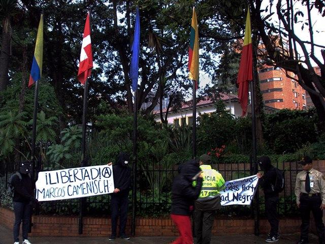 Rassemblement devant l'ambassade de Suisse à Bogota