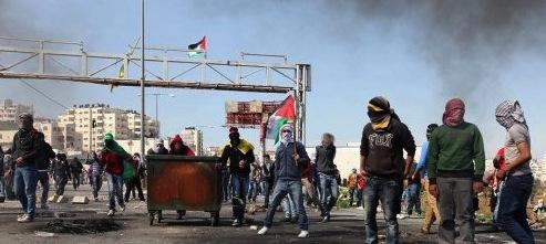 Des manifestants palestiniens devant la prison israelienne d'Ofer en solidarité avec les 1100 prisonienniers en grève de la faim en 2013 (archive)