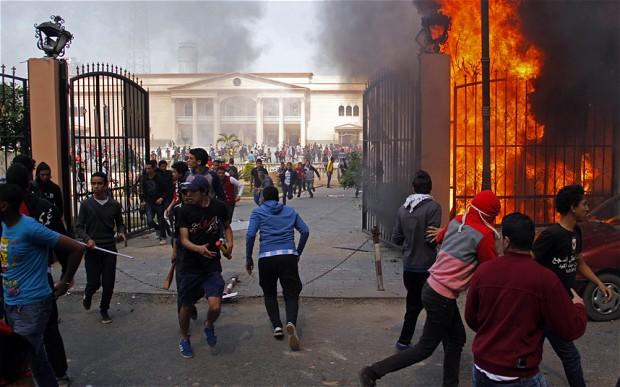 Incendie de bâtiments de la police au Caire