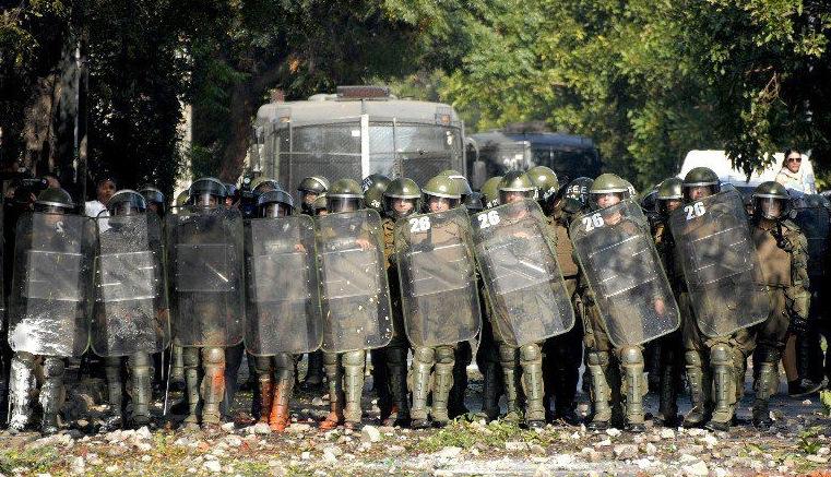 Policiers anti-émeutes à Santiago