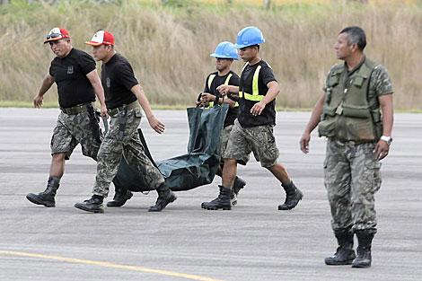 Les dépouilles des maoïstes tués sont amenés à une base militaire