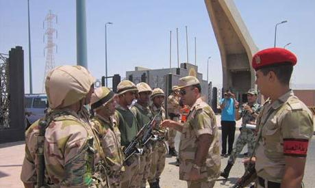 L'armée à proximité de l'usine Suez Steel