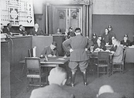 Procès de l'incendie du Reichstag: Dimitrov (de face, dans le box) accuse Göring (debout)