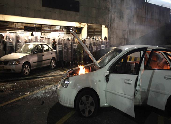 Voiture incendiée à Mexico