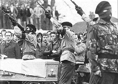 Des membres de l'IRA tirent une salve d'honneur aux funérailles de Bobby Sands