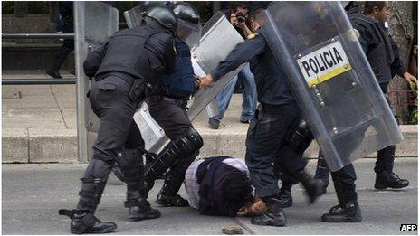 Policiers contre professeurs à Mexico