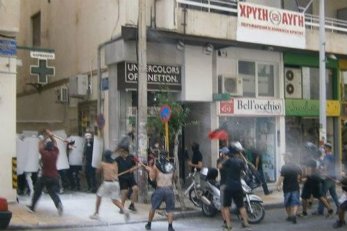 Affrontement devant le QG d'Aube Dorée en Grèce