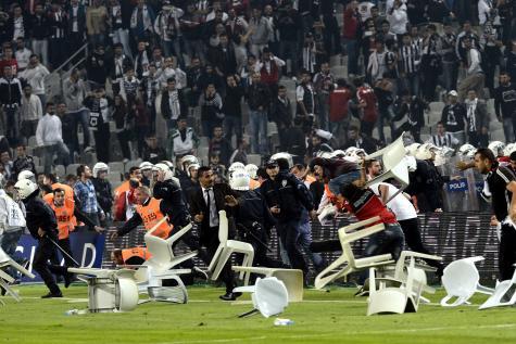 Les ultras turques contre la police