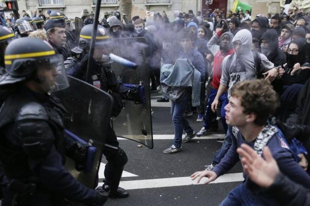 Etudiants contre policiers à Paris