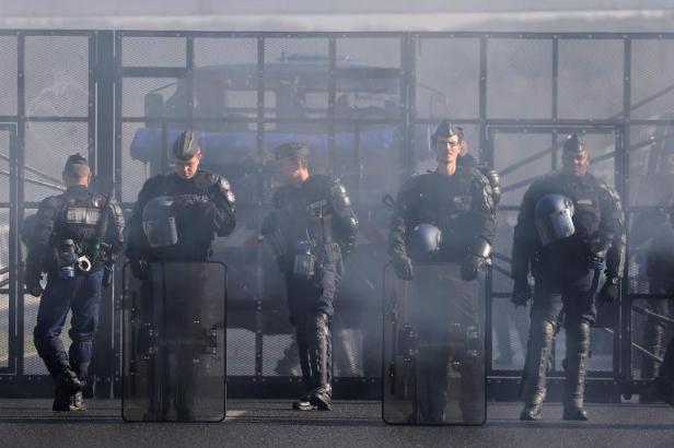 Déploiement policier devant un portique écotaxe